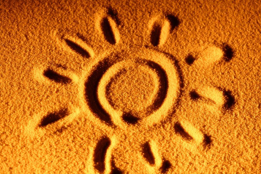 Chegada do verão trazendo o sol para a areia da praia.