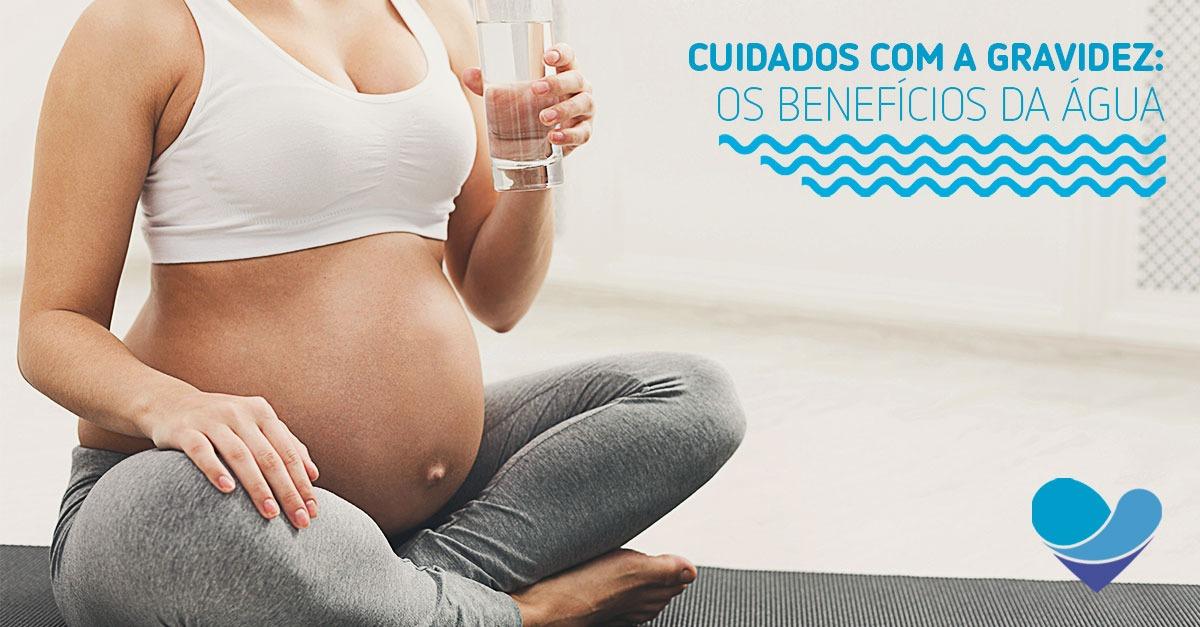 imagem ilustrando uma mãe tomando água. Benefícios da água durante a gravidez
