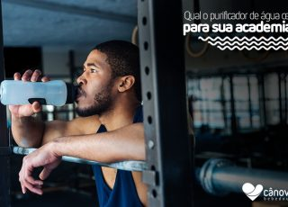 Bebedouro para academia, rapaz tomando água na sua academia
