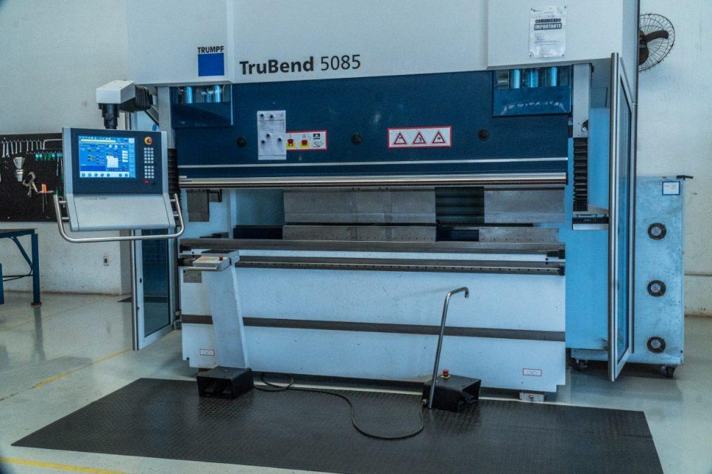 Máquina de dobra que garante a precisão na produção dos ângulos dos bebedouros.