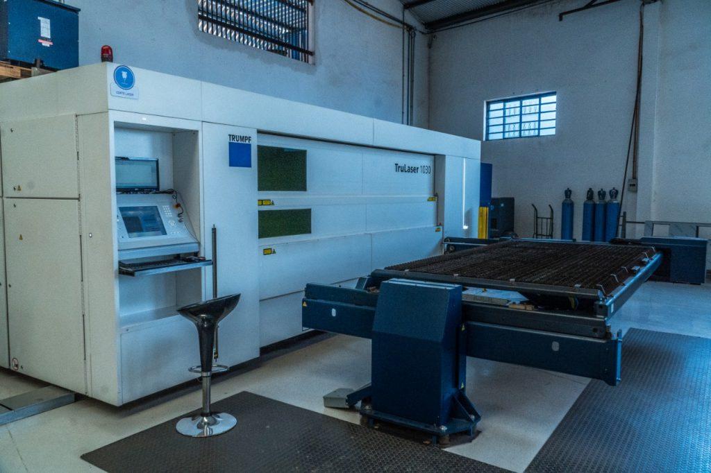 Máquina de corte a laser que auxilia na produção de peças dos bebedouros